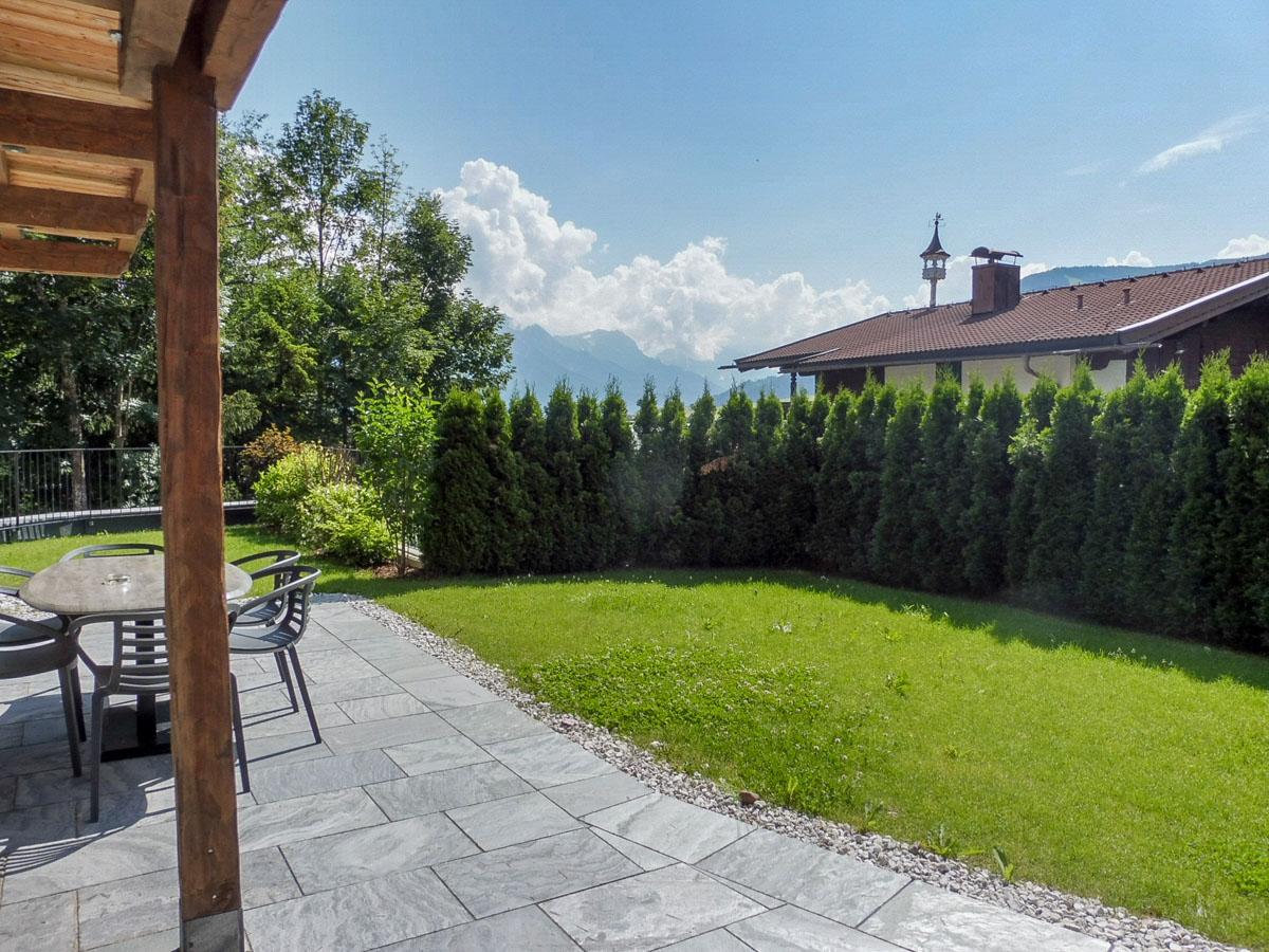 Grüner Garten vor Apartment 2 im Mountain Lodge Leogang