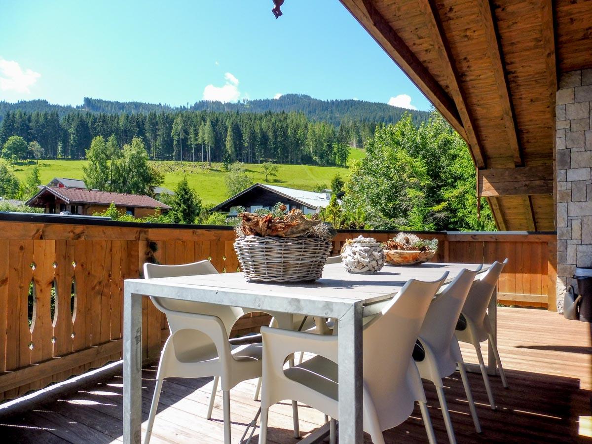 Sommertag am Balkon vom Penthouse der Mountain Lodge Leogang