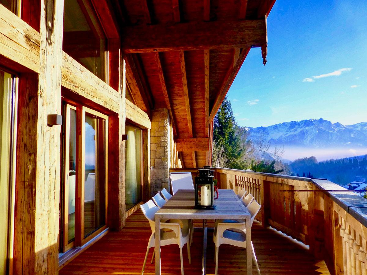 Sonniger Wintertag am Balkon vom Penthouse der Mountain Lodge Leogang