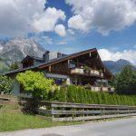 Die Mountain Lodge Leogang vor Bergpanorama in Leogang