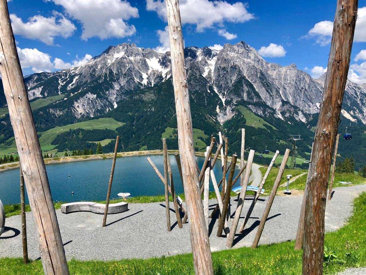 Stille Wasser am Asitz - der Speicherteich vor dem Panorama der Leoganger Steinberge