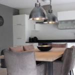 Tisch mit stylischen Leuchten im Apartment 1 der Mountain Lodge Leogang
