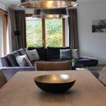Tisch und Wohnbereich im Apartment 1 der Mountain Lodge Leogang
