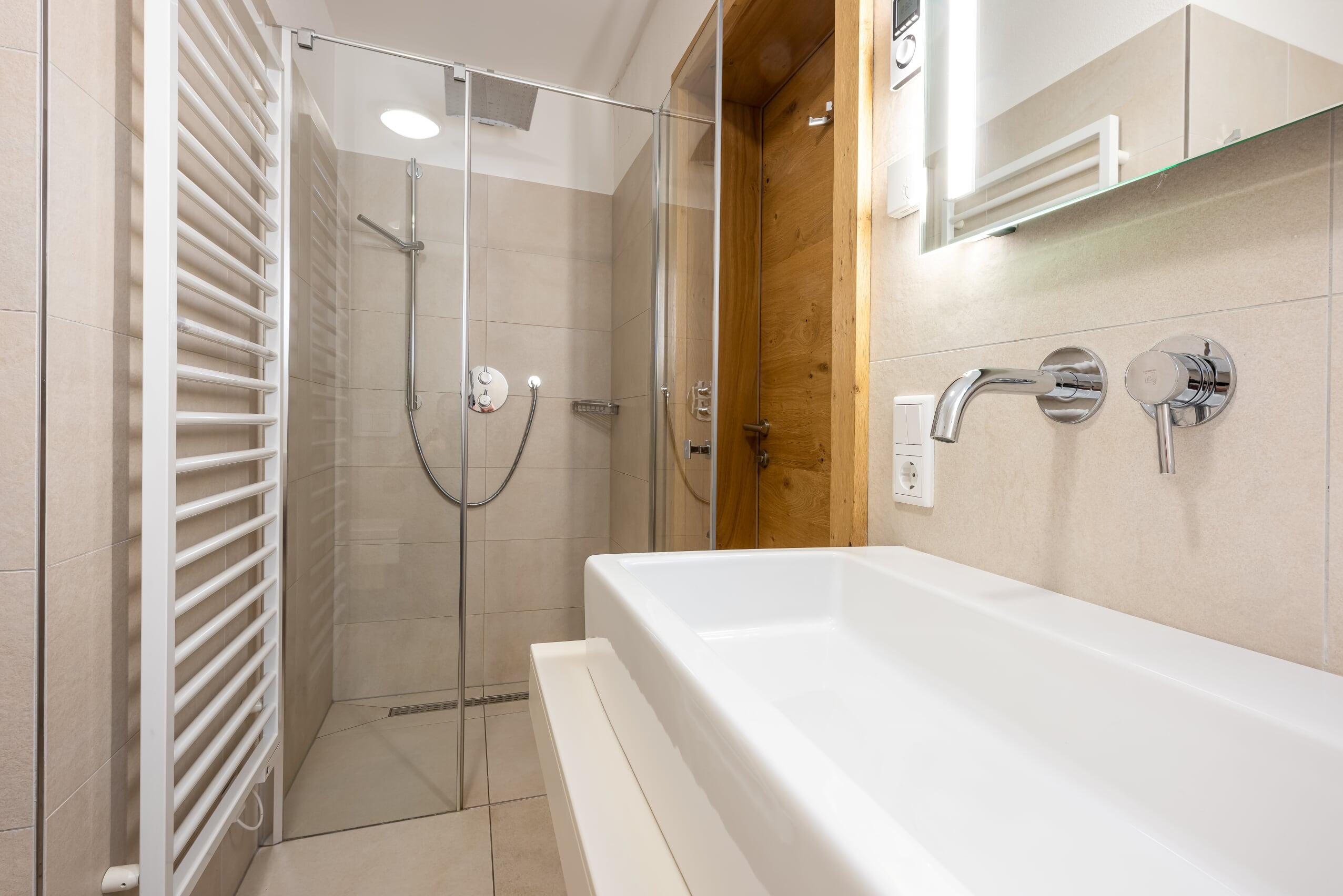 Bad mit Dusche im Apartment 3 der Mountain Lodge Leogang