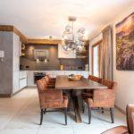 Küche und Esstisch im Apartment 3 der Mountain Lodge Leogang